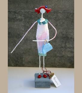 Κυρία με γαλάζια τσάντα