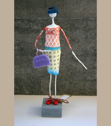 Κυρία με μωβ τσάντα