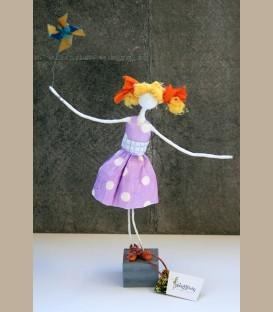 Κοριτσάκι με χάρτινο ανεμόμυλο