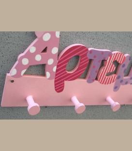 Ξύλινη κρεμάστρα τοίχου όνομα ροζ αποχρώσεις