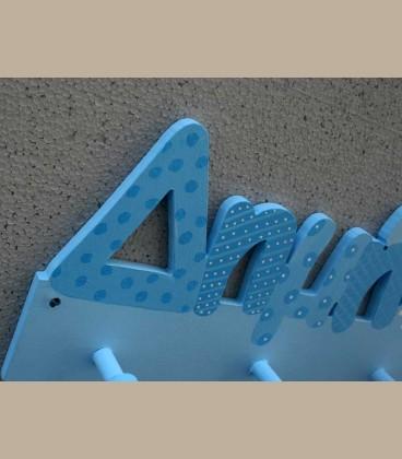 Ξύλινη κρεμάστρα τοίχου όνομα γαλάζιες αποχρώσεις